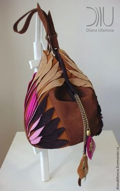 Materials: leather and silk lining. Inside there are 2 pockets (zipped and without). The belt length is adjustable. Unique Handbags, Fall Handbags, Stylish Handbags, Fashion Handbags, Fashion Bags, Leather Handbags, Fashion Fashion, Runway Fashion, Fashion Trends