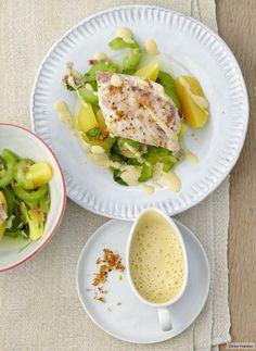 Traditioneller Kartoffelsalat - verwandelt in leichtes Gurkengemüse mit Zander und Senfschaum.