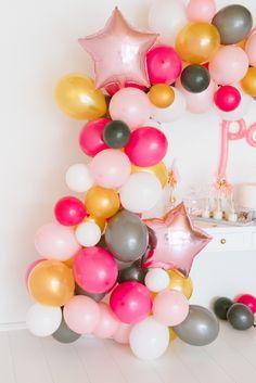 DIY Anleitung: Luftballon Girlande basteln - Fräulein K. Sagt Ja #balloons #balloongarland Sag Ja, House Party, Tablescapes, Flower Arrangements, Backdrops, Graduation, Entertaining, Flowers, Karma