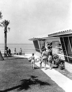 Florida Memory - Family beach-goers at the Beachcomber Resort Motel - Panama City Beach, Florida Florida Girl, Old Florida, Vintage Florida, Florida Style, West Florida, Florida Living, Panama City Beach Florida, Panama City Panama, Florida Beaches