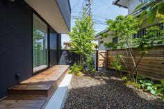 Kazuya IkezoiさんはInstagramを利用しています:「リビングの大きな窓からウッドデッキでつながるお庭へ。植栽や板塀と、自然にある素材でプライバシーに配慮した造園計画です。 #ウッドデッキ #塗り壁 #造園 #植栽 #庭 #外構 #砂利 #板塀 #シンボルツリー #設計士 #設計事務所 #香川 #愛媛 #コラボハウス」 Garden, Plants, House, Instagram, Garten, Gardening, Haus, Plant, Outdoor