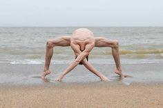 Contorcionista cria figuras com o corpo em meio à natureza | Catraca Livre