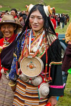 Young woman wearing a chuba. Women in the Kham. In the past, chubas were made from strips of hand-woven woollen cloth; they were originally the un-dyed white colour of the sheep's wool from Tibet. More recently, black or brown dyes have been used. On trading trips to Tibet, people often wore sheep skin chubas, jackets or pants.
