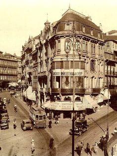 Gaveto das ruas de Santo António - hoje 31 de Janeiro (à direita) e Sá da Bandeira (à esquerda), em 1937. webook.pt #webook #webookporto #porto #vintage #portovintage