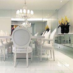 Sala de jantar clássica, destaque para os espelhos que contribuíram para iluminar o ambiente, perfeito!!! Projeto by @dd.arquitetura #dinningroom #homedecor #classic #design #espelho #arquiteta #decoração #decoracion #arquitetura #dinner #clássico #estilo #instagood #instabest #decor #luxury #luxo #blogfabiarquiteta #fabiarquiteta