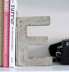 DIY Projects With Concrete - Concrete Monogram Bookends - Easy Home Decor and Cheap Crafts Made With Cement - Ideas for DIY Christmas Gifts, Outdoor Decorations projekte beton, Concrete Crafts, Concrete Projects, Concrete Design, Diy Projects To Try, Crafts To Make, Project Ideas, Craft Projects, Deco Nature, Beton Diy