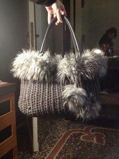 Borsa all'uncinetto in cordino di lana con pelliccia ecologica