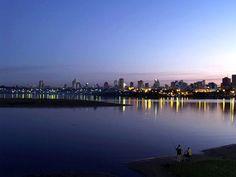 La Bahía de Asunción, de aproximadamente 350 Hectáreas, está ubicada a orillas del río Paraguay, el centro de Asunción está a solo 2 Km.