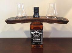 Cadet de bouteille de liqueur faite d'une portée de Canon authentique whisky récupéré. Comprend deux verres à whisky Glencairn. Glencairn surnommé leurs verres à whisky «Le verre de whisky officiel». donc vous pouvez couronner une grande bouteille de liqueur avec un baril de whisky