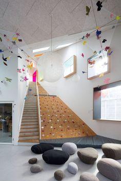 Villa Villekulla - Kinderkulturhaus in Kopenhagen - Studentenwohnheim - Architektur Kids Interior, Interior Design, Interior Ideas, Design Maternelle, Room Decor Bedroom, Kids Bedroom, Kids Cafe, Kindergarten Design, Kid Spaces
