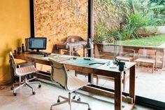 Rodinka šikovných dizajnérov stavila na ekologickejšie bývanie vďaka množstvu zrecyklovaných materiálov, ktorými svoj domov zaplnili. Nečakajte však žiadne stariny. Je to krásne a moderné prevedenie s ušľachtilou myšlienkou.