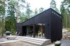 Moderni rantasauna Sipoon Kitössä Black House Exterior, Interior Exterior, Timber Cabin, Timber Cladding, Cabins And Cottages, Building Exterior, Tiny House Plans, Cabins In The Woods, Garden Office