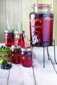 5 litre Kilner drinks dispenser and drinking jars set. Set included one Kilner drinks dispenser, four handled jars and one stand.