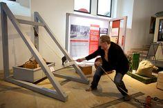 Museumsdirektor Joachim Breuninger hebt 1 PS. Wie viel ist 1 PS? Die Antwort gibt es hier... https://twitter.com/Verkehrsmuseum/status/333602463154307076 (beim 1. Tweetup im Verkehrsmuseum Dresdem am Int. Museumstag, 12. Mai 2013), Foto © b. s. m.