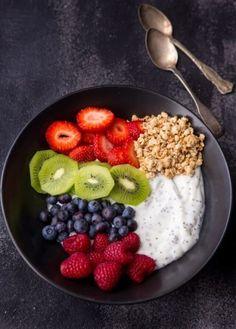 Chia Yogurt Breakfast Bowl - A Zesty Bite Chia Yogurt Breakfast Bowl - A Zesty Bite,Frühstück, Brunch, Marmelade & Co. Chia Yogurt Breakfast Bowl and Drink Healthy Fruits, Healthy Smoothies, Smoothie Recipes, Smoothie Bowl, Fruit Smoothies, Yogurt Bowl, Vegan Yogurt, Greek Yogurt, Healthy Yogurt