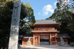 【愛媛県】 夏井いつきさん(俳人)に聞きました。/Q.2瀬戸内の自慢したいところは?………A.景色だけでなく行事も含め、俳人魂を揺さぶる場所がたくさんあります。大三島の大山祇神社、岩城島の桜、忽那島めぐり、中島トライアスロンやしまなみ海道サイクリング、海を渡れば秋の宮島など季節ごとに見所満載です。名物スポットで、ぜひ吟行会を体験していただきたいですね。 #Ehime_Japan #Setouchi