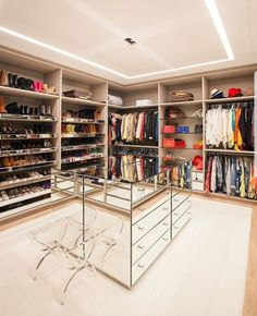 Luxury Walk In Closet Design Ideas for the Sophisticated Home Wardrobe Room, Wardrobe Design Bedroom, Master Bedroom Closet, Closet Walk-in, Closet Vanity, Closet Ideas, Closet Office, Walk In Closet Design, Closet Designs
