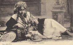 Une femme de la tribu des Ouled Naïl à Biskra, c1910    https://azititou.wordpress.com/2012/11/28/une-femme-de-constantine-c1865-2/