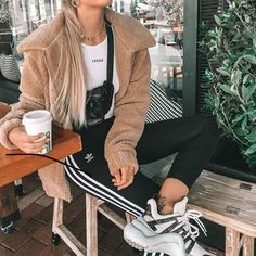 Cute Cozy Warm Fall Back to School Outfit Ideas for Teens for College - Aurora Popular Oversized Cam Legging Outfits, Sporty Outfits, Sweater Outfits, Trendy Outfits, Cute Outfits, Fashion Outfits, Sweatpants Outfit, Athletic Outfits, Office Outfits