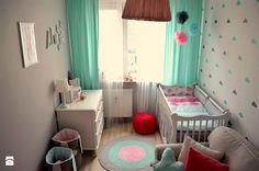 Pokój małej dziewczynki - Mały pokój dziecka dla dziewczynki dla niemowlaka, styl skandynawski - zdjęcie od dekoratoramator.pl