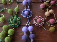 perfiloepersegno: Collane in feltro Felt Necklace, Crochet Necklace, Felt Flowers, Fabric Flowers, Wool Fabric, Flower Crafts, Crochet Lace, Needle Felting, Jewelry Crafts