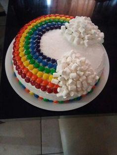 Rainbow Cake with Skittles/M&M's and mini marshmallows Regenbogenkuchen mit Kegeln / M & M Rainbow Treats, Rainbow Food, Mini Marshmallows, Skittles Cake, Cake Decorating For Kids, Cake Recept, Birthday Cake Girls, Rainbow Birthday, Festa Party