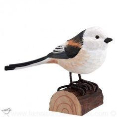 Mésange a longue queue. Sculpture grandeur nature en bois peinte à la main avec de la peinture écologique.
