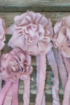 Je prépare des nouveautés pour la boutique, des roses avec leurs rubans dans des tons allant du rose pâle au rose très foncé et des Dahlias...