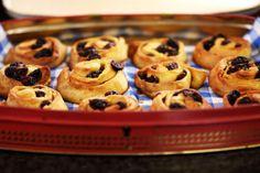 Het is niet nodig om de beste banketbakker te zijn om iets lekker in de oven te stoppen. Deze zachte rozijnenkoekjes zijn zeker het proberen waard. Jeroen maakt ze met een vulling van boter en suiker. Toegegeven, het zijn