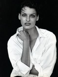 Linda Evangelista photographed by Peter Lindbergh for Vogue Italia / white shirt in fashion editorials / short history of white shirt / wardrobe essentials / via fashioned by love british fashion blog