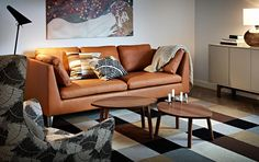 STOCKHOLM canapé 3 places en cuir Seglora naturel, fauteuil haut avec housse Mosta gris et tables gigognes en plaqué noyer