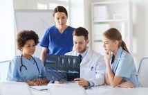 foto de grupo de médicos de imagem de raios-x discutindo
