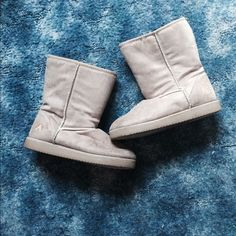 Imitation uggs Kept in really good condition. Living in a northern state, keeping warm is hard in the winter but these boots did the job 👍 super comfortable as well and pairs well with almost any winter outfit 🚫no trades🚫 Airwalk Shoes