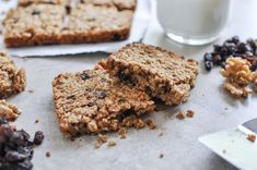 Start the day off right with these hearty breakfast squares, brimming with oats, nuts and raisins. Breakfast Bars, Health Breakfast, Breakfast For Kids, Breakfast Recipes, Breakfast Items, Breakfast Cookies, Free Breakfast, Breakfast Dishes, Brunch Recipes