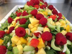 Hindbær er bare dekorative og sammen med den gule mango gør de bare et godt makkerpar. Blandet grønsalat peberfrugter i blandede farver, i små tern forårsløg i skiver agurk skræller udkernet og i skiver mango skrællet og i tern hindbær godt skyllet Kom den grønne salat på et fad og bland så de resterende ingredienser…