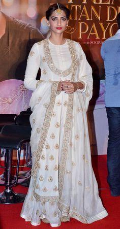 Discover thousands of images about What When Wear — Tress Princess: Sonam Kapoor Pakistani Dresses, Indian Dresses, Indian Outfits, Indian Attire, Indian Wear, Kurta Designs, Blouse Designs, Saris, Sonam Kapoor