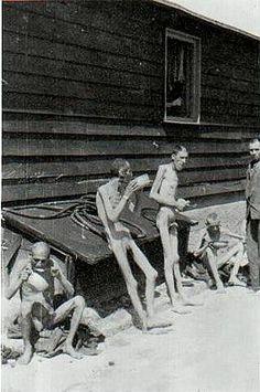Mauthausen (concentratiekamp)  (de mensen zijn ondervoed)