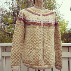 Forsidekoften til Lek med tradisjoner av Kristin Wiola Ødegård. Strikket i Sandnes Alpakka. Knapper fra Du Store Alpakka. #røverkofta #wiolastrikk @kristinwiola #instaknit #strikkedame #knitagram #knittersofinstagram #dustorealpakka #strikking #knitting #strikk #sandnesgarn Mantel, Knitting Patterns, Knit Crochet, Men Sweater, Vest, Sweaters, Cardigans, Pullover, Color