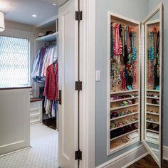 """""""Inspiração para as vaidosas de plantão: um armário para guardar as bijuterias. Não precisa ter muita profundidade. Fica a dica!!!! Ahhh, ainda tem um…"""""""