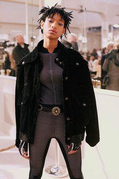 Willow Smith acabou de ser confirmada como embaixadora da marca! Aqui ela exibe seu macacão e o delineador azul - cheia de estilo!