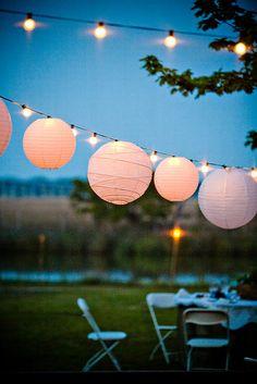 De jolis lampions suspendus dans les airs