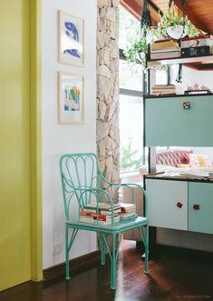Hall de entrado com porta colorida e cadeira fofa para apoiar as coisas. Veja mais em www.historiasdecasa.com.br