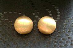 Ohrclips aus 333er Gold, gestempelt, gebürstete Oberfläche, daher matt schimmernd. Halbkugel hohl, Durchmesser 2 cm. Vintage, 50er Jahre. Getragen, aber guter Zustand. Elegant und sofort tragbar.