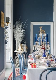 A festive dining room with walls in Stiffkey Blue Estate Emulsion, trim in Wevet Estate Eggshell and chairs in Stiffkey Blue Estate Eggshell. Stiffkey Blue, Dining Room Paint, Ball Chair, Christmas Interiors, Christmas Table Settings, Front Rooms, Farrow Ball, Cozy Bedroom, Master Bedroom