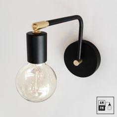 Cette lampe murale moderne pivotante saura faire jaser. Elle possède une tête pivotante, donc pas besoin de vous tourner la tête, elle le fait pour vous! Installez-la comme lampe de chevet, lampe de chaque côté de votre lit, lampe de salle de bains, luminaire de corridor, etc. Mesurant 8po. en hauteur avec une base deRead more