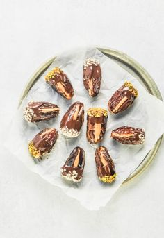 Chocolate Covered Dates. These peanut butter stuffed dates are dipped in dark chocolate and finely chopped almonds and pistachios. Dark Chocolate Recipes, Chocolate Treats, Chocolate Peanut Butter, Melting Chocolate, Chocolate Covered, Dessert Chocolate, Easy Snacks, Healthy Snacks, Cant Stop Eating