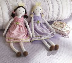 These remind me of some dolls my mom made for my sister and I when we were little. I think I'll try to get the pattern from her. Very sweet and cute, and totally play-with-able. ;)