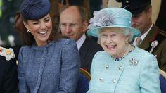 Queen Elizabeth beweist oft Humor, wie Herzogin Kate schon erfahren durfte.