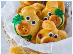 Schenken Sie Ihren Lieben diese süßen Schweinchen-Brötchen als Glücksbringer, damit der Start ins neue Jahr nicht nur gut, sondern auch lecker wird.