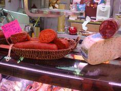 Ahora, yo sé la diferencia entre un chorizo y una sobrasada. Muchas tiendas tenían carne y las tiendas vendían queso también.